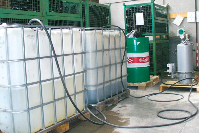 Test-Filtration am IBC-Tank, Kühlschmierstoff-Aufbereitung